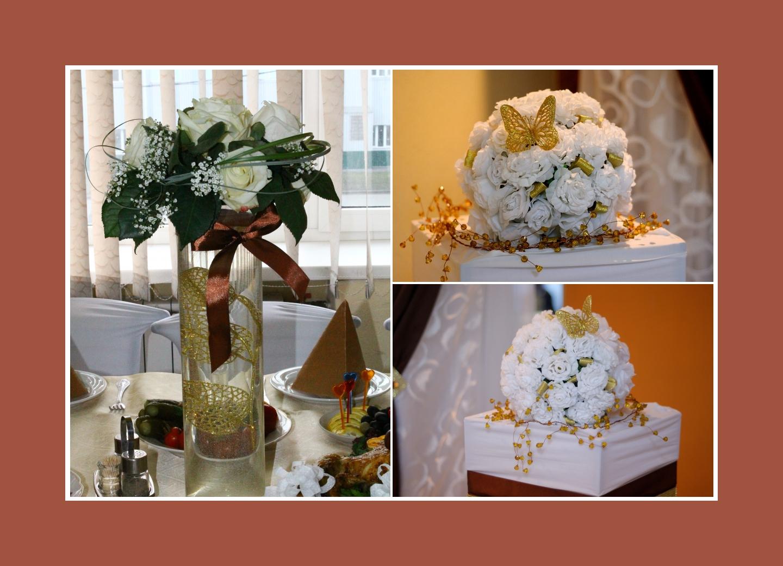 Blumen in langen Vasen für den Gästetisch