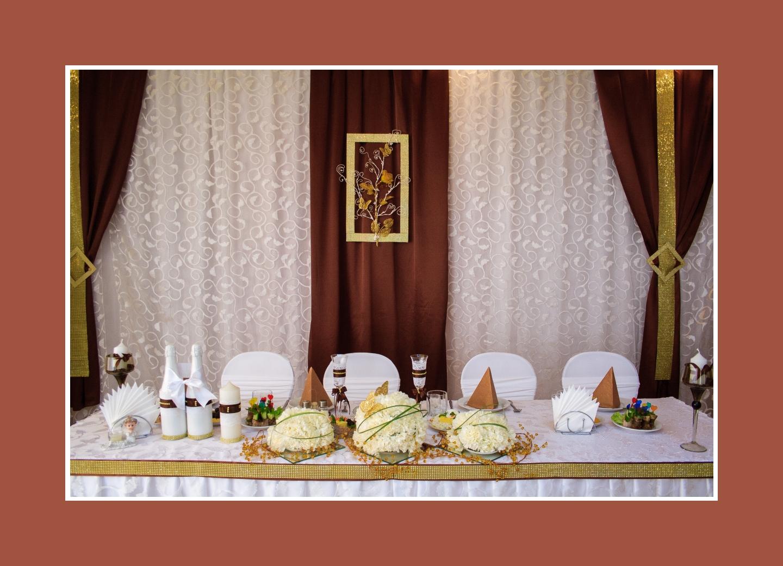 Brautpaartisch mit braun-goldener Deko