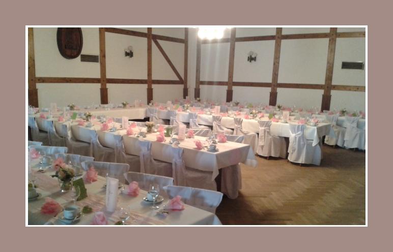 Dekoration Hochzeit Scheune mit Stuhlhussen