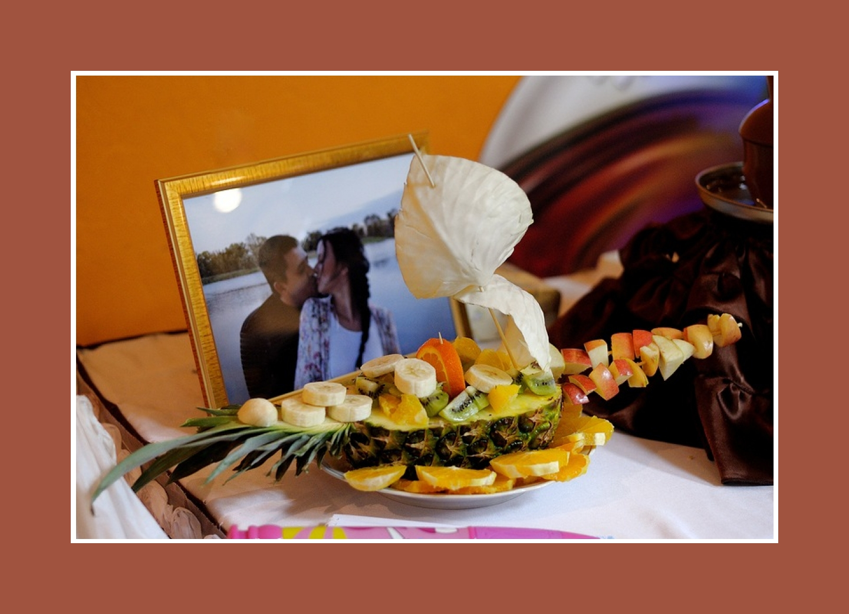 Ein Schiff aus Früchten für Schokoladen-Fondue
