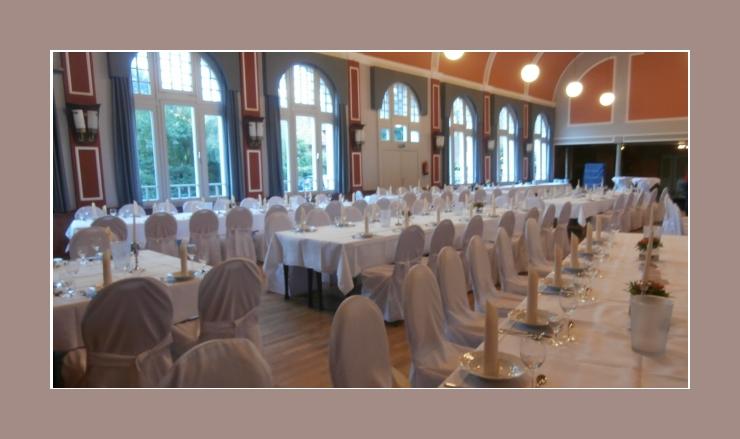 Festhalle Hochzeit mit weißen Bankettmöbeln