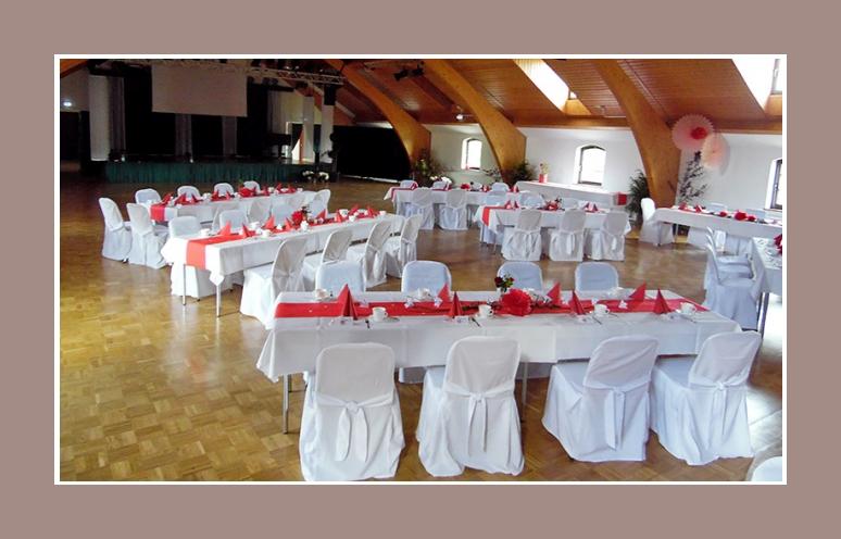 grosse Hochzeitslocation dekoration rot weiss mit Stuhlhussen