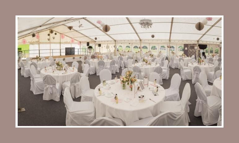 Hochzeit im Zelt runde Tische Dekoration selbst machen