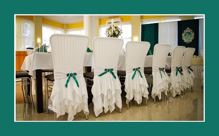 Hochzeitsdeko mit Stuhlhussen gruenen Schleifenbaendern