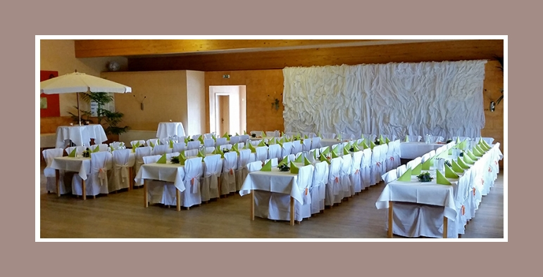 Hochzeitsdeko mit Stuhlhusse Nr4 in grün-weiß