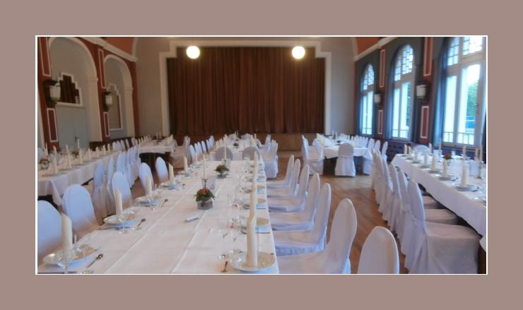 Hochzeitsdeko Weiß mit Tischdecken und universellen Stuhlhussen