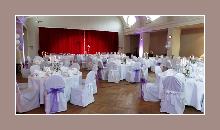 Hochzeitslocation Dekoration lila weiss Stuhlhussen