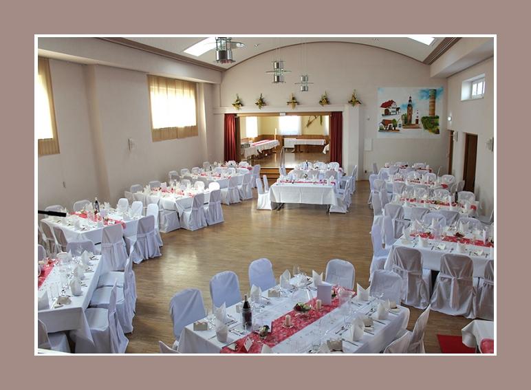 Hochzeitslocation Dekoration mit Stuhlhussen rot weiss