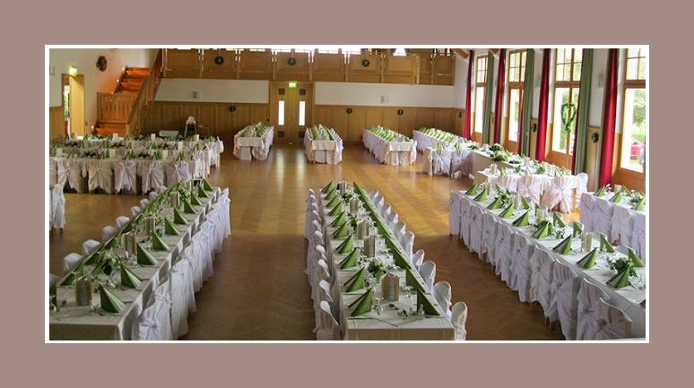 Hochzeitslocation Hochzeit dekoration gruen weiss mit Stuhlhussen
