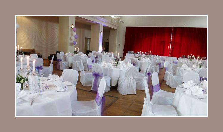Hochzeitssaal Dekoration runde Tische