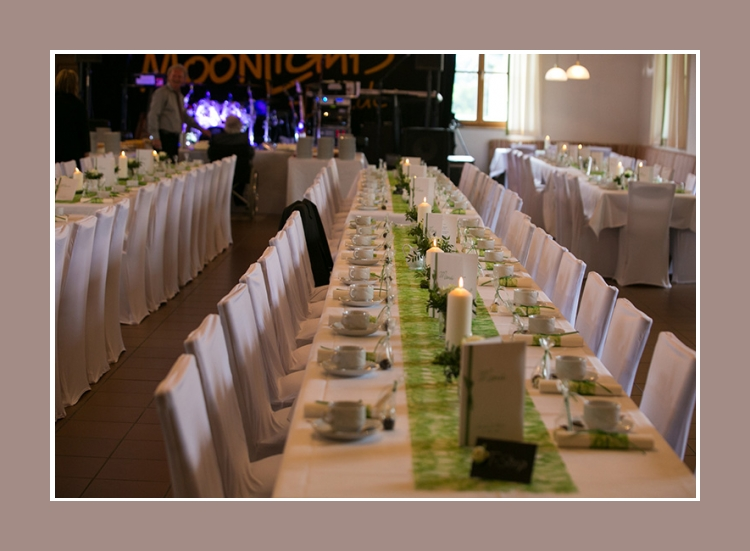 Hochzeitstisch gruen weiss deko