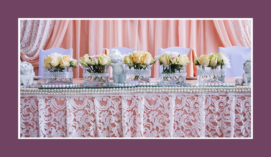 Hochzeitstisch rosa weiß mit Spitze, Perlen, Rosen und Engeln