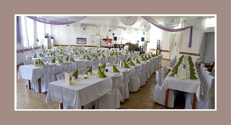Jeanine David Hochzeitsdekoration gruen weiss mit Stuhlhussen