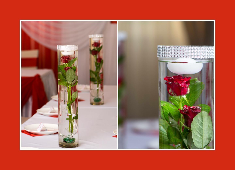 Rote Rosen in langen Vasen