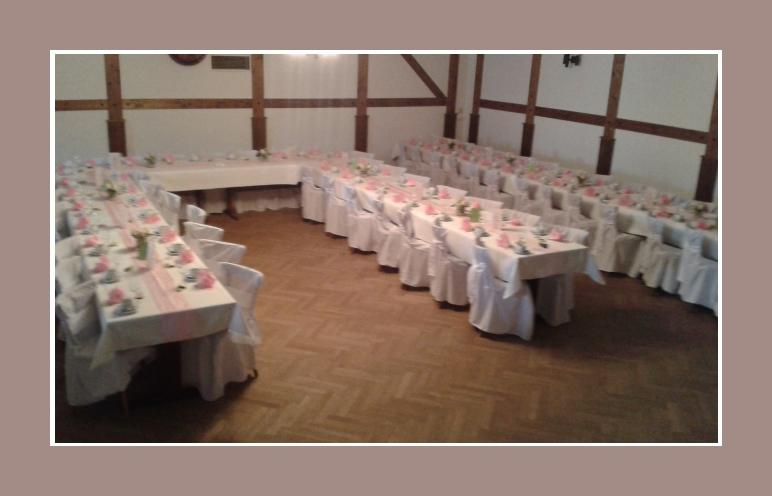 Rustikale Hochzeitslocation dekoriert mit Hussen
