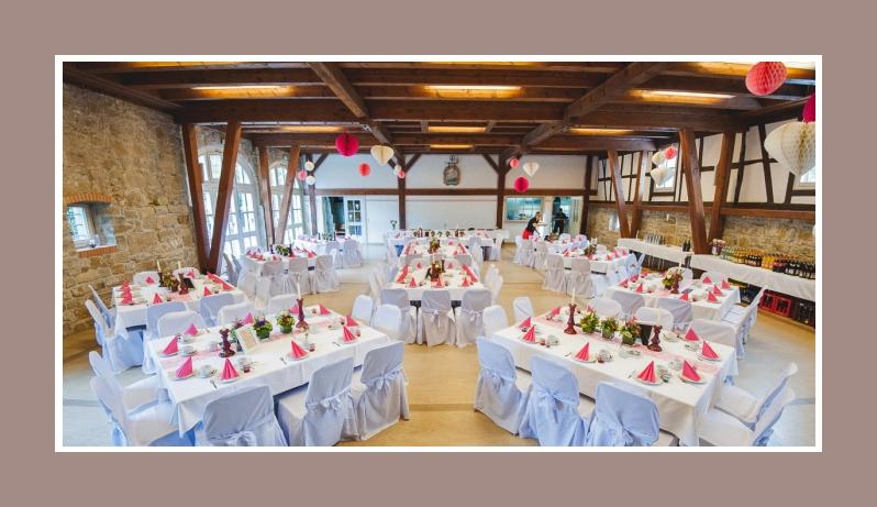 Rustikale Hochzeitslocation Hochzeitsdeko mit weissen Stuhlhussen in rosa-weiss - Franksche Scheune in Oberaspach