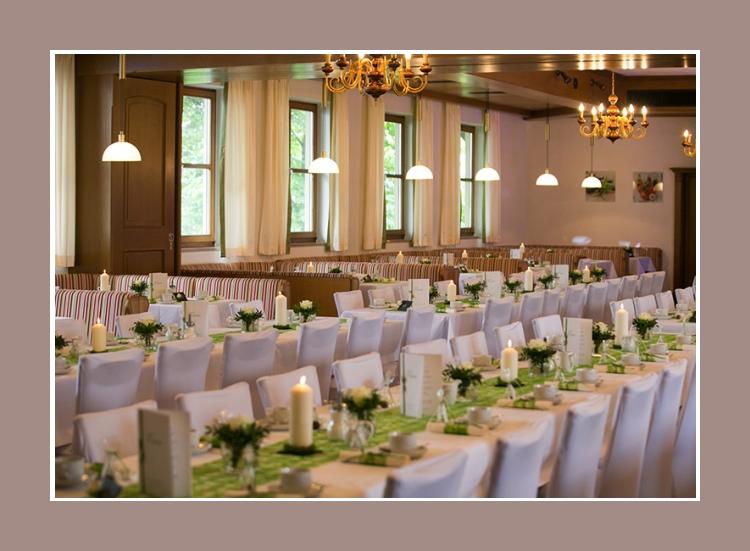 Stilvolle weiße Hochzeitsdeko mit grünen Akzenten
