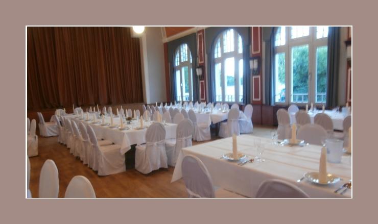 Tischdeko Hochzeit mit weißen Servietten als Kerzen gefaltet