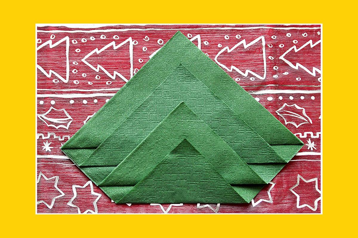 Servietten falten Anleitung Weihnachtsbaum grüne Servietten