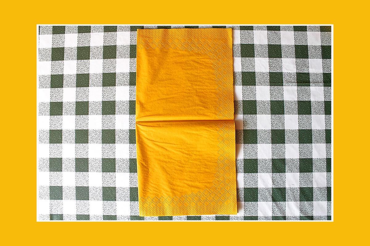Servietten falten gelber Brief