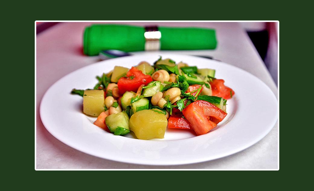 Pikanter Gemüsesalat mit marinierten Champignons Rezept