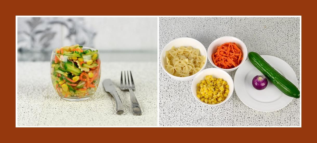 Nudelsalat mit marinierten Karotten, Mais, Gurken und Rotzwiebeln