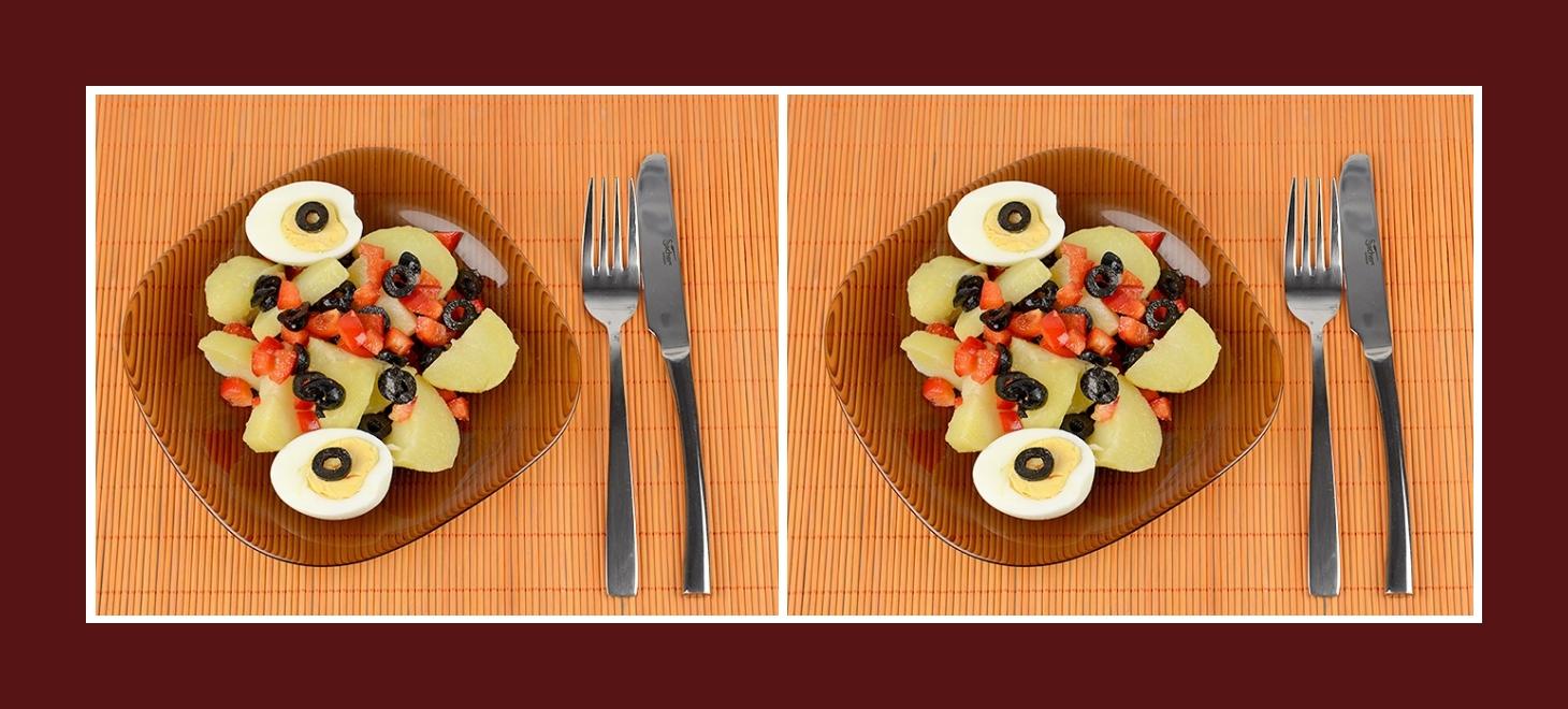 Gesunder Salat mit Paprika, Oliven, Ei und Kartoffeln