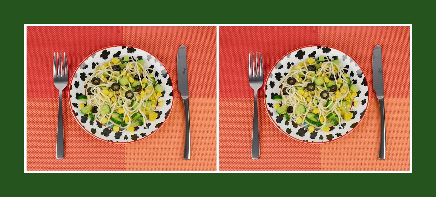 Gesunder Salat aus Spaghetti, frischen Gurken und konserviertem Gemüse