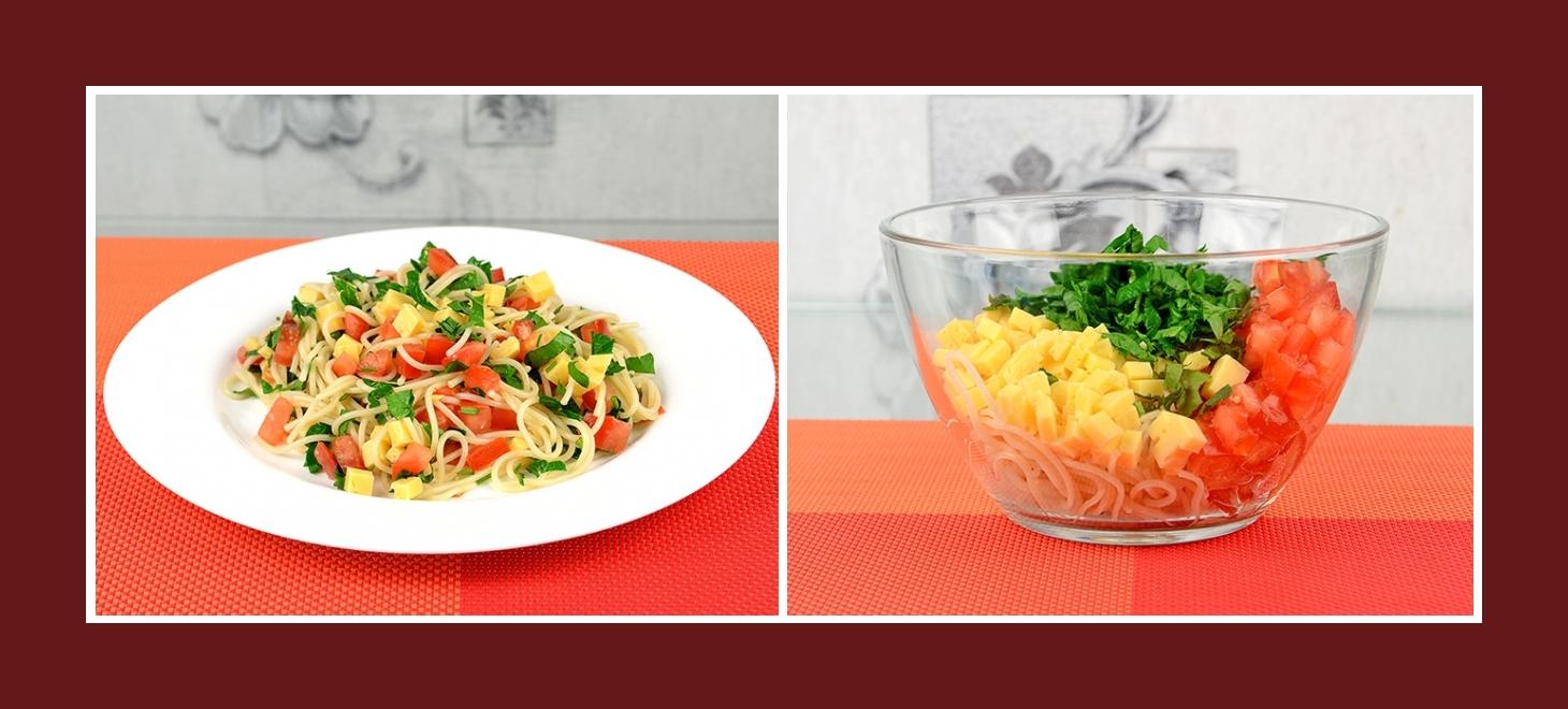Salat aus Spaghetti, Petersilie, Käse und Tomaten