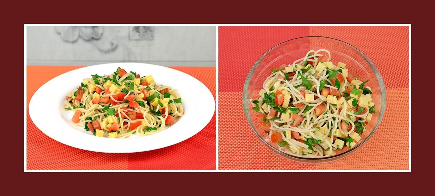 Einfacher Nudelsalat mit Tomaten, Petersilie und Käse