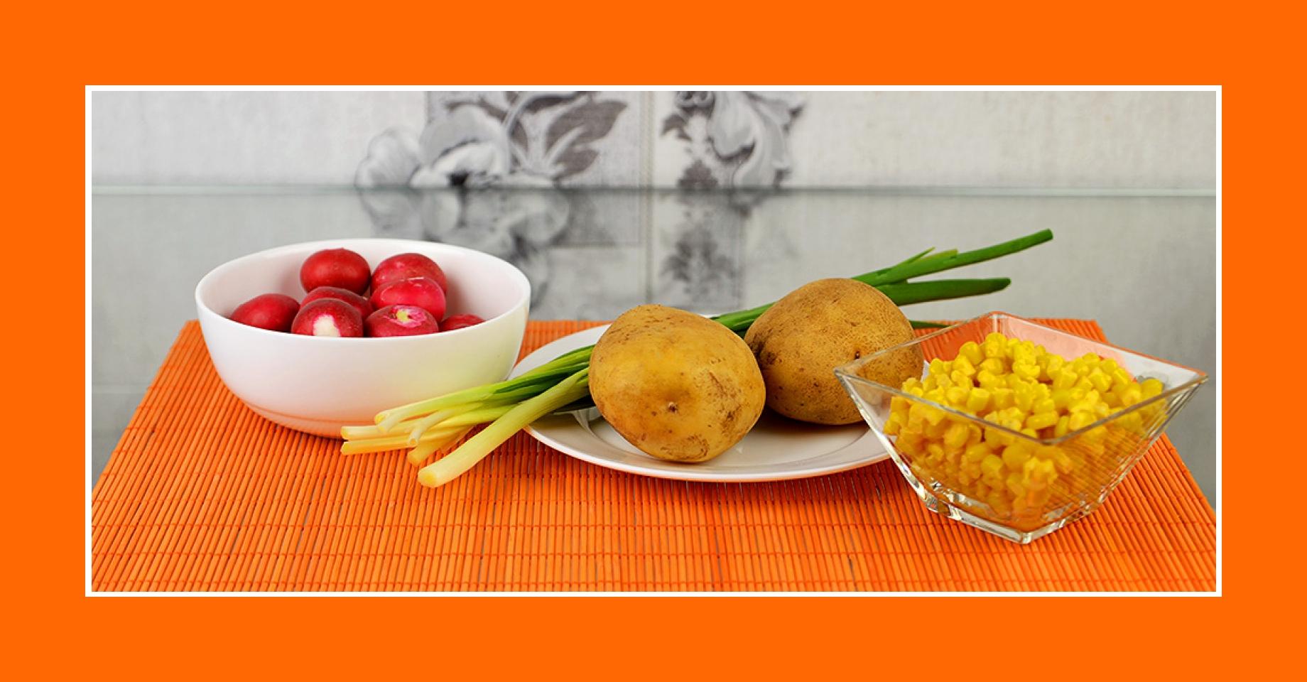 Warmer Kartoffelsalat mit Radieschen, Kartoffeln, Schnittlauch, Mais
