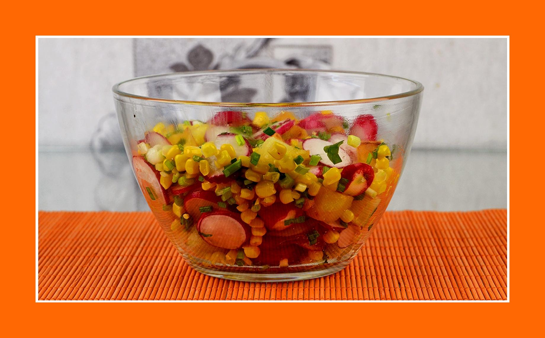 Einfacher günstiger Salat mit Radieschen, Bratkartoffeln, Schnittlauch, Mais