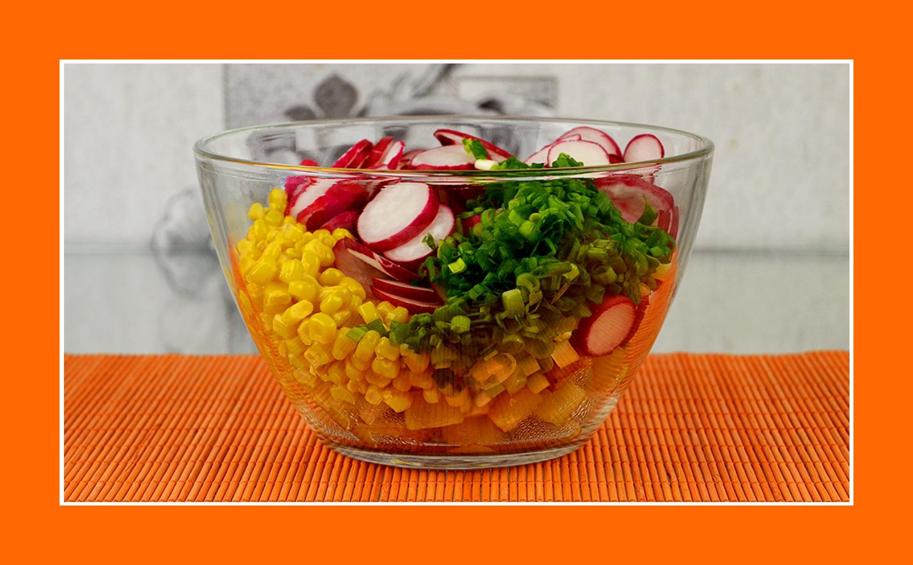 Salat zum Grillen mit Schnittlauch, Radieschen, Kartoffeln und Mais