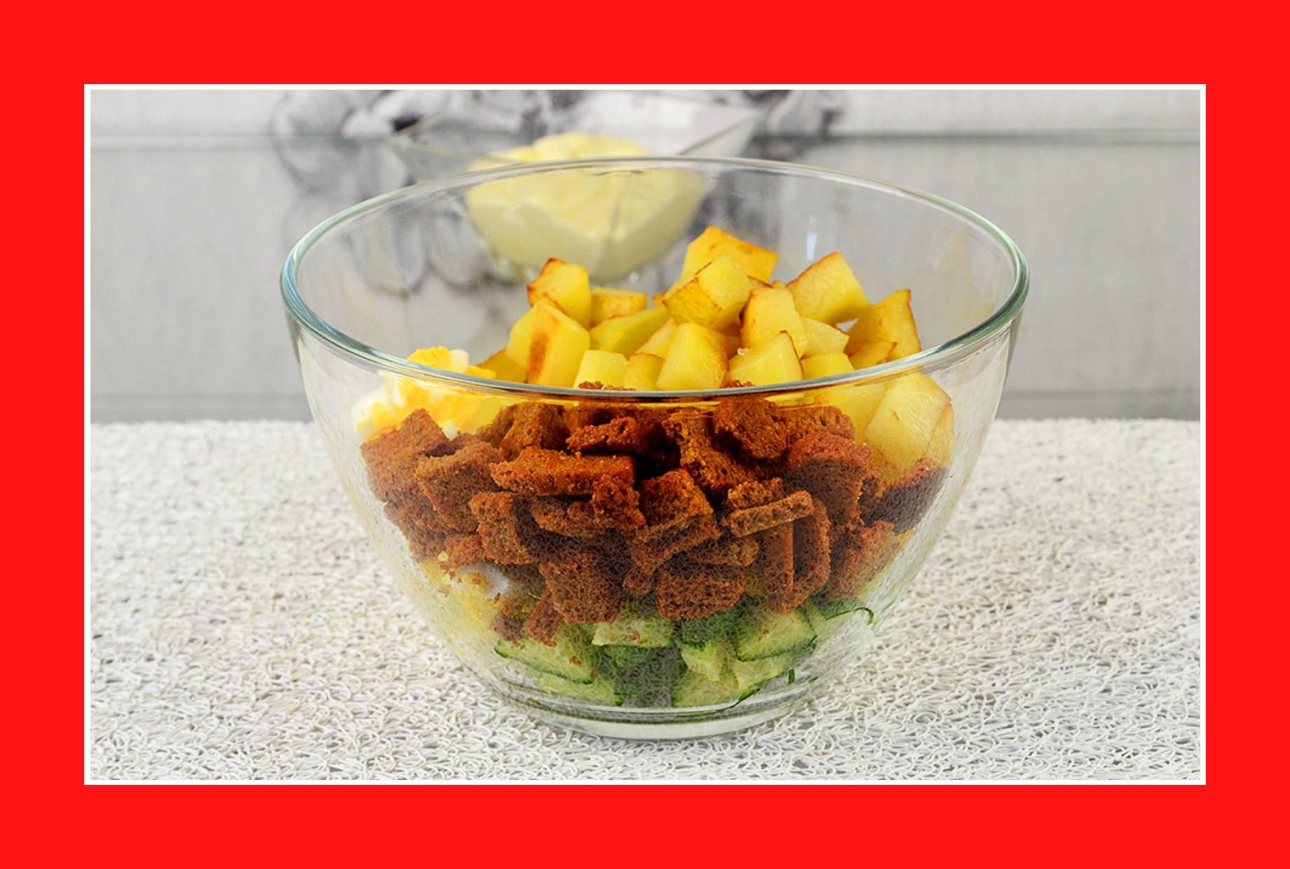 Warmer Kartoffelsalat Salat mit Croutons Eiern Gurken