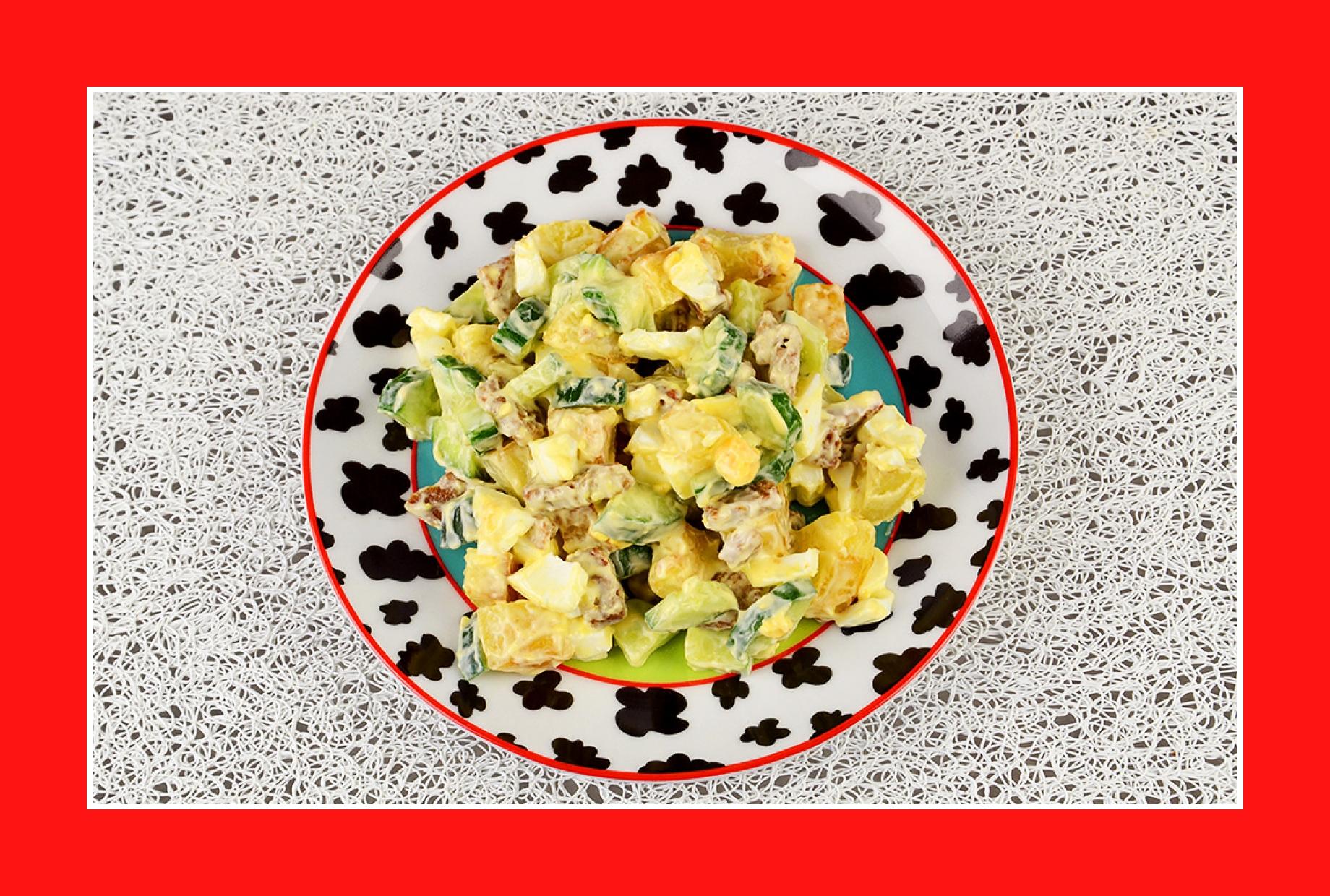Eiersalat mit Bratkartoffeln Gurken Croutons