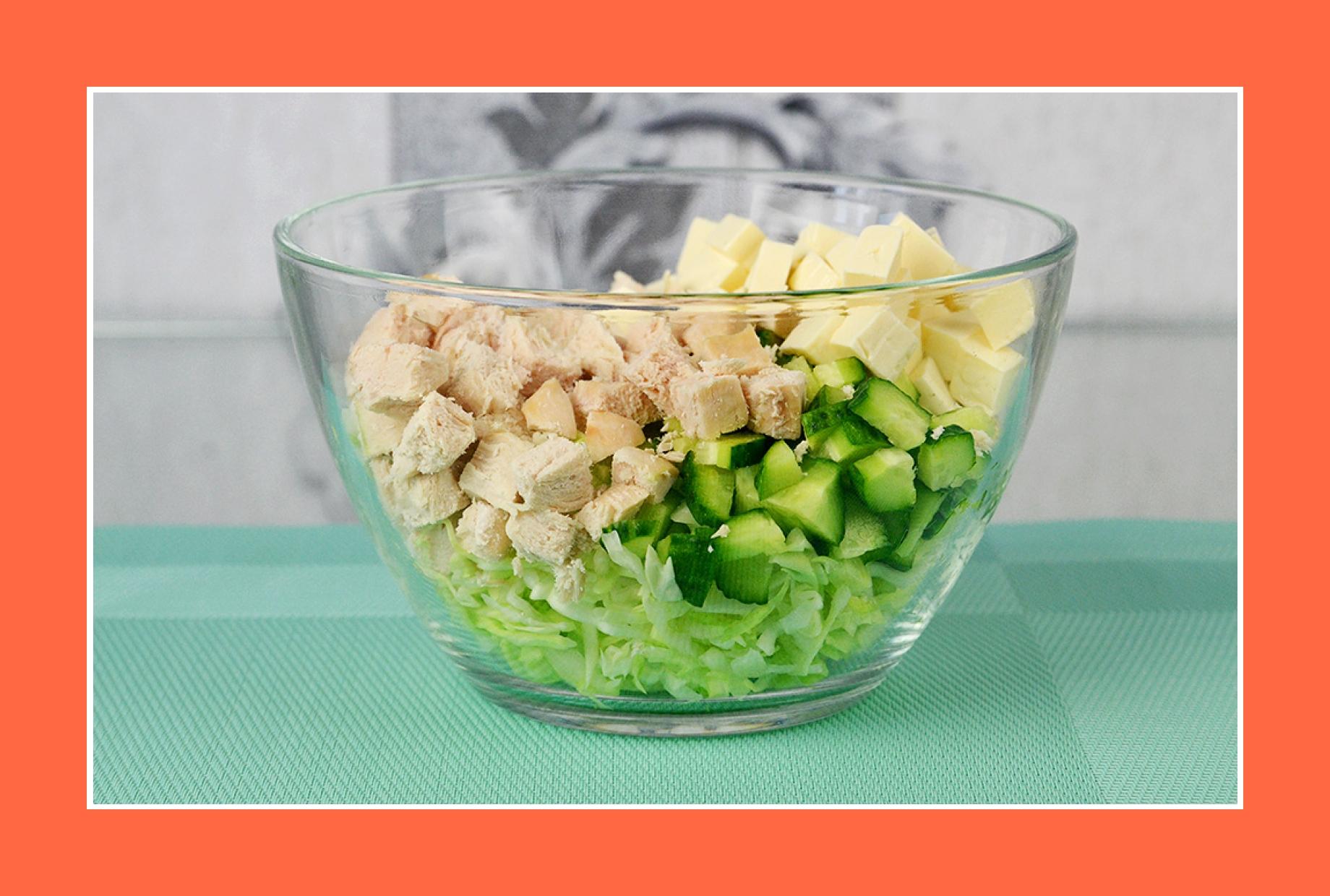 Hähnchensalat mit Käse und Frühlingsgemüse