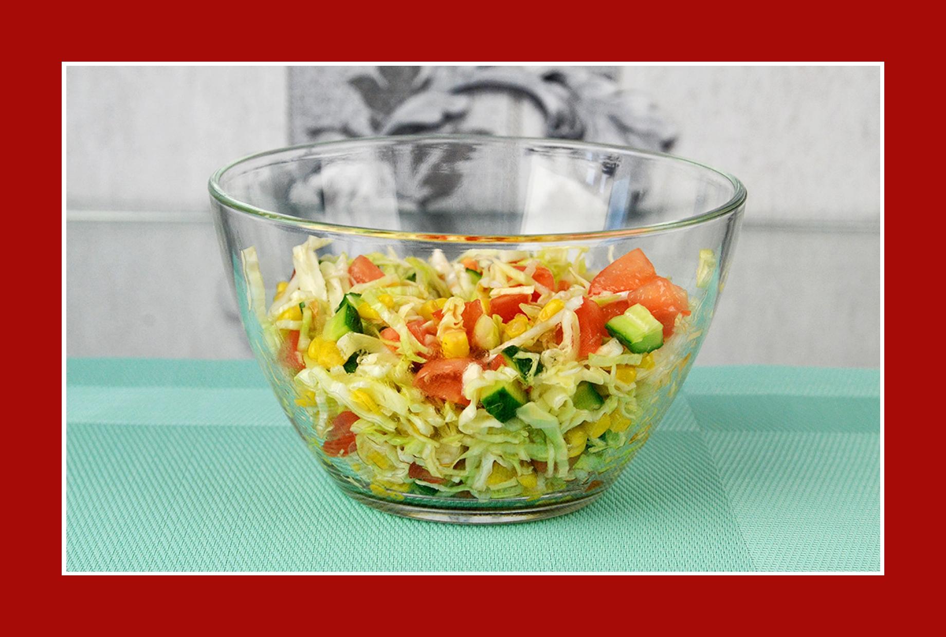 Sommersalat zum Grillen mit Tomaten, Gurken, Kohl und Mais