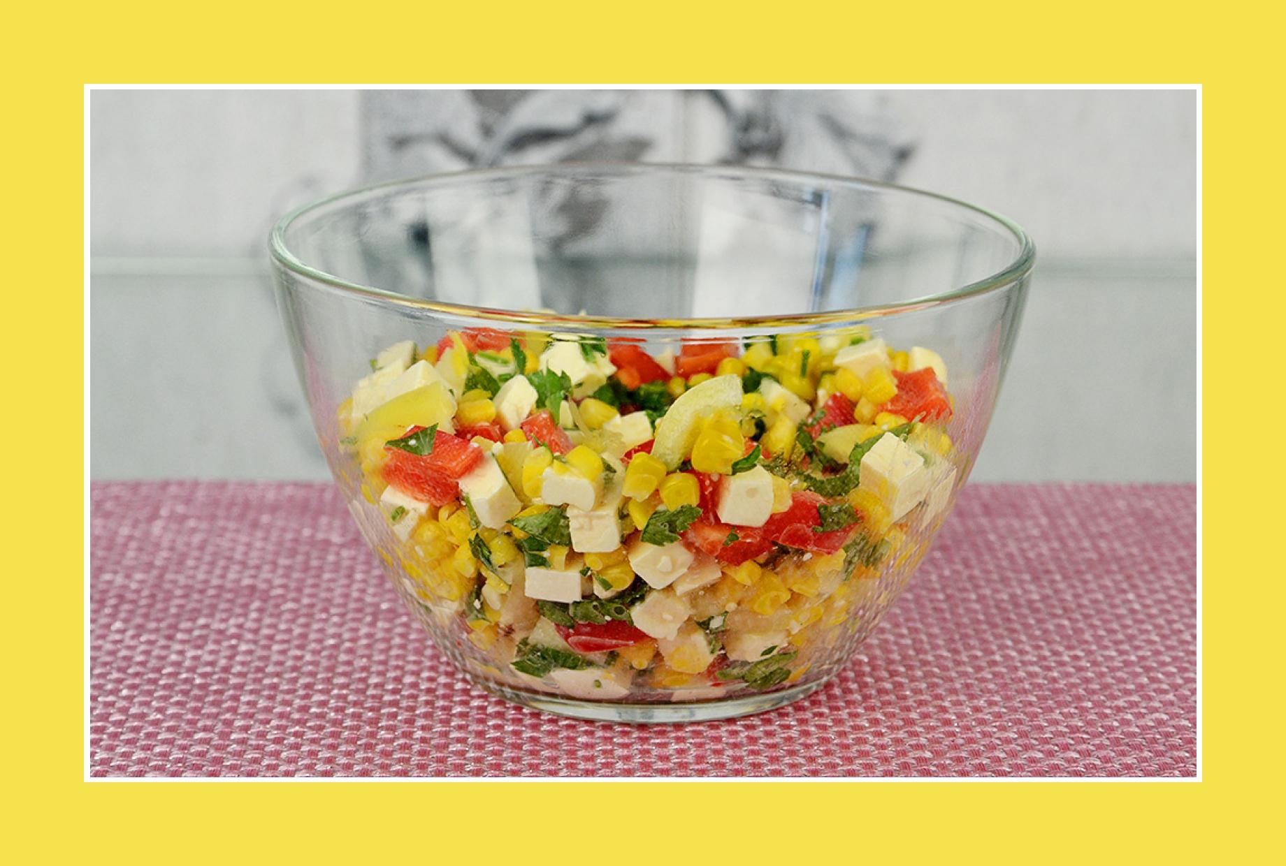 Bunter Salat mit Paprika, Mais, Petersilie, Dill