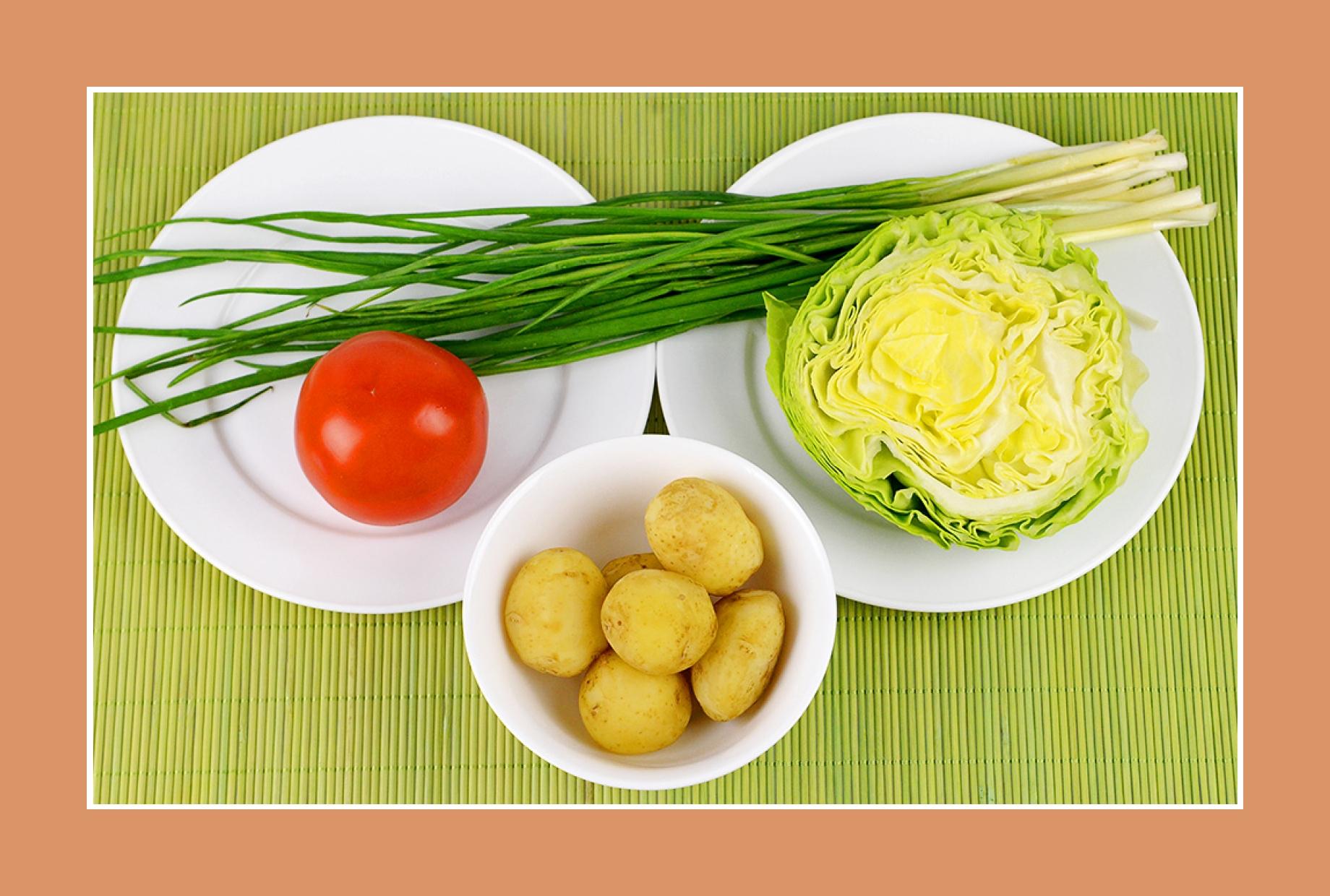 Kartoffelsalat Weißkrautsalat mit Tomaten und Schnittlauch