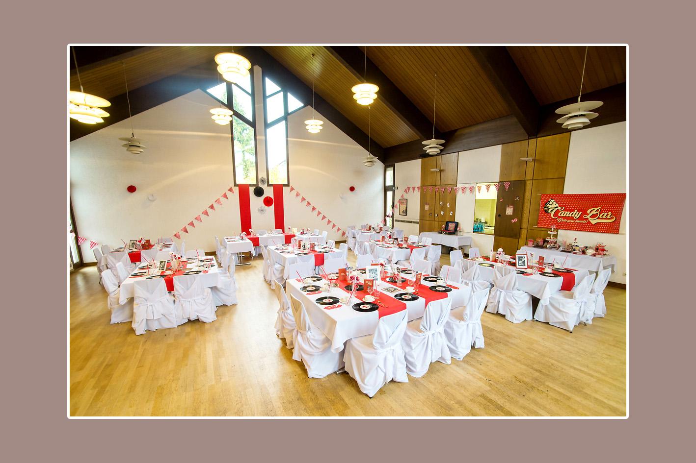 Retro-Hochzeitsdeko in Weiß und Rot mit Stuhlhussen