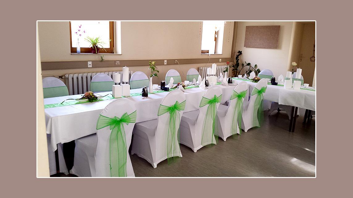 Grün weiße Hochzeit mit Stretchhussen dekoriert