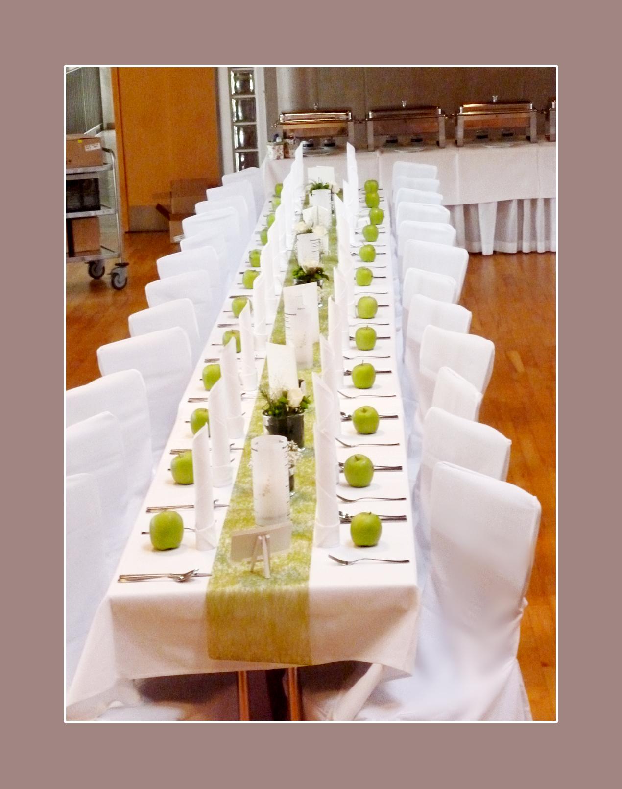 Hochzeitsdeko mit grünen Äpfeln und Stuhlhussen Variante 4