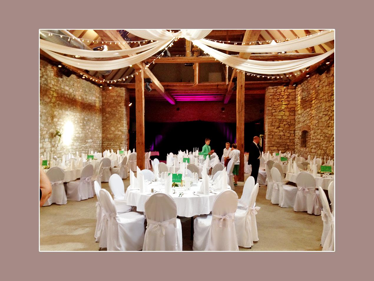 Hochzeitsdeko mit Stuhlhussen: Alte Remisse in Tiefurt bei Weimar