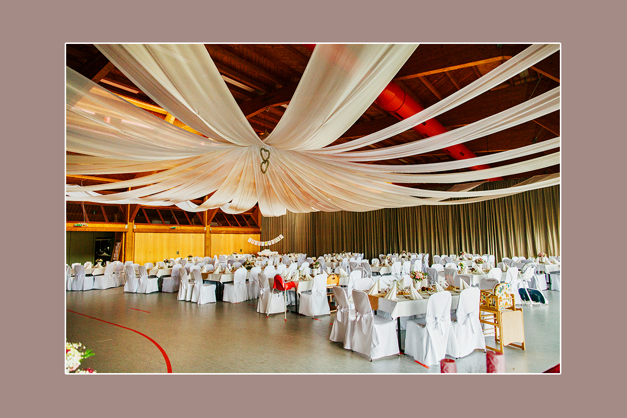 Hochzeitsdeko mit Stuhlhussen in Weiß: Berglandhalle Körle, Umgebung Kassel