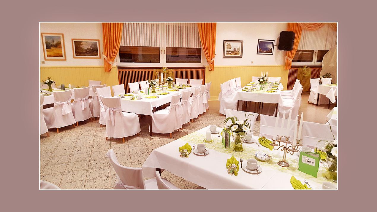 """Feine Hochzeitsdeko in Grün in der Dorfschänke in Kriegsdorf """"Beim ..."""