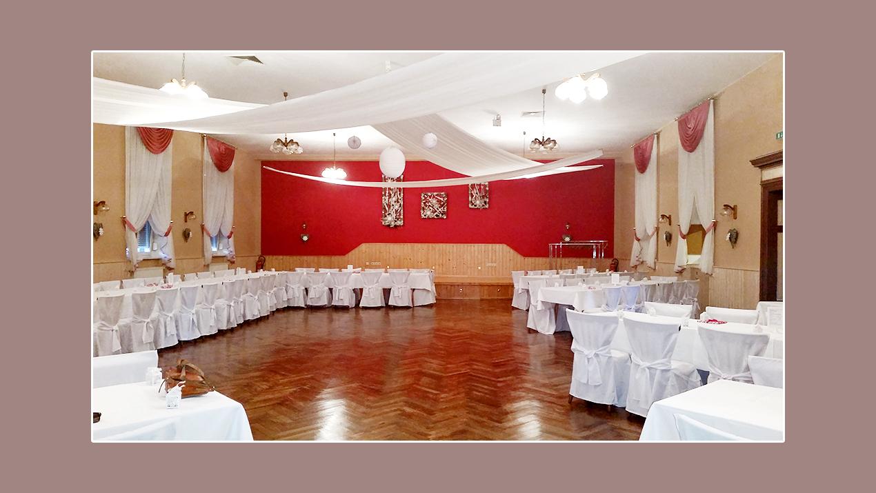Hochzeitsdeko in rot-weiß mit weißen Stuhlhussen - Gaststätte Schwarzer Baer Hoym