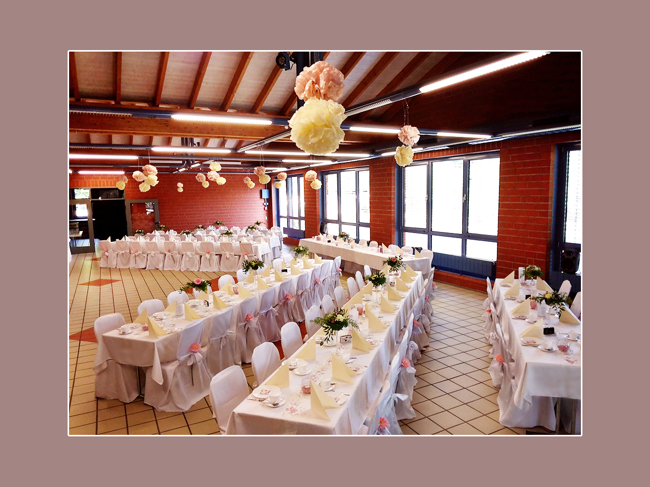 Stuhlhussen für Hochzeit - Hochzeitslocation Sinngrundhalle Burgsinn - Umgebung Hanau, Aschaffenburg