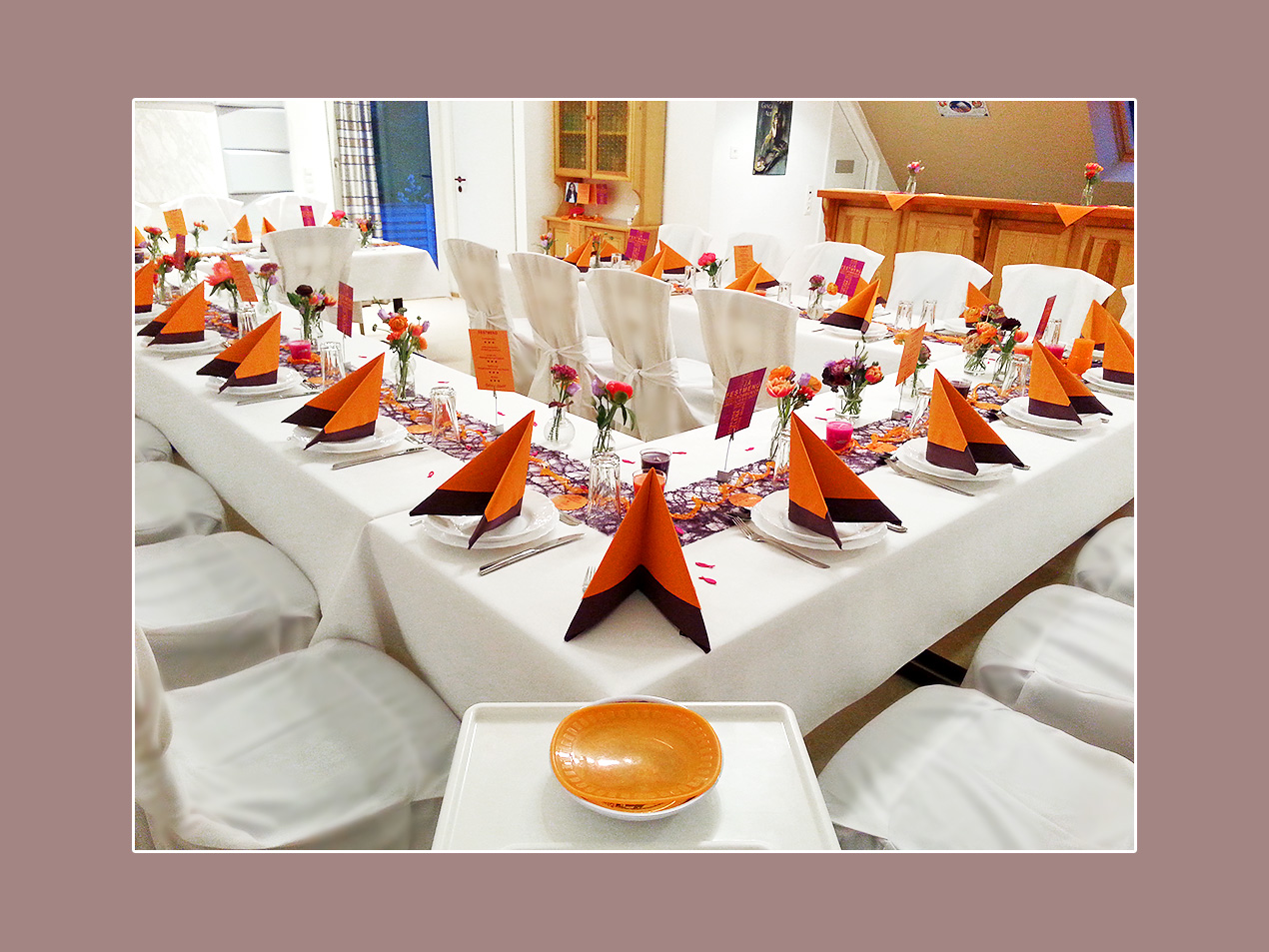Hochzeitsdeko Orange-Lila: Stuhlhussen mieten Bamberg, Forchheim, Haßfurt